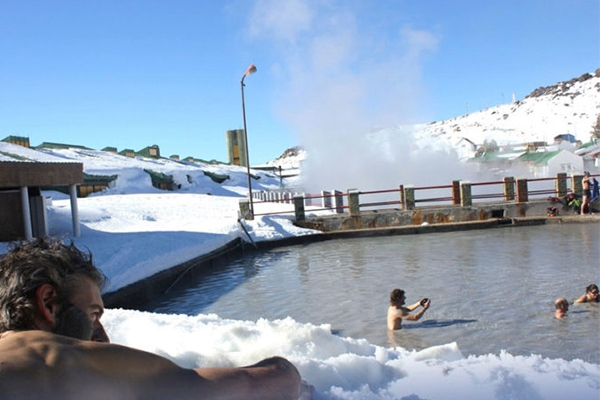 Baños termales rodeado de Nieve, en Termas de Copahue - Neuquén