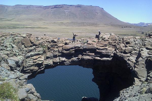 Patrimonio neuquino: El puente natural de piedra del lago Caviahue